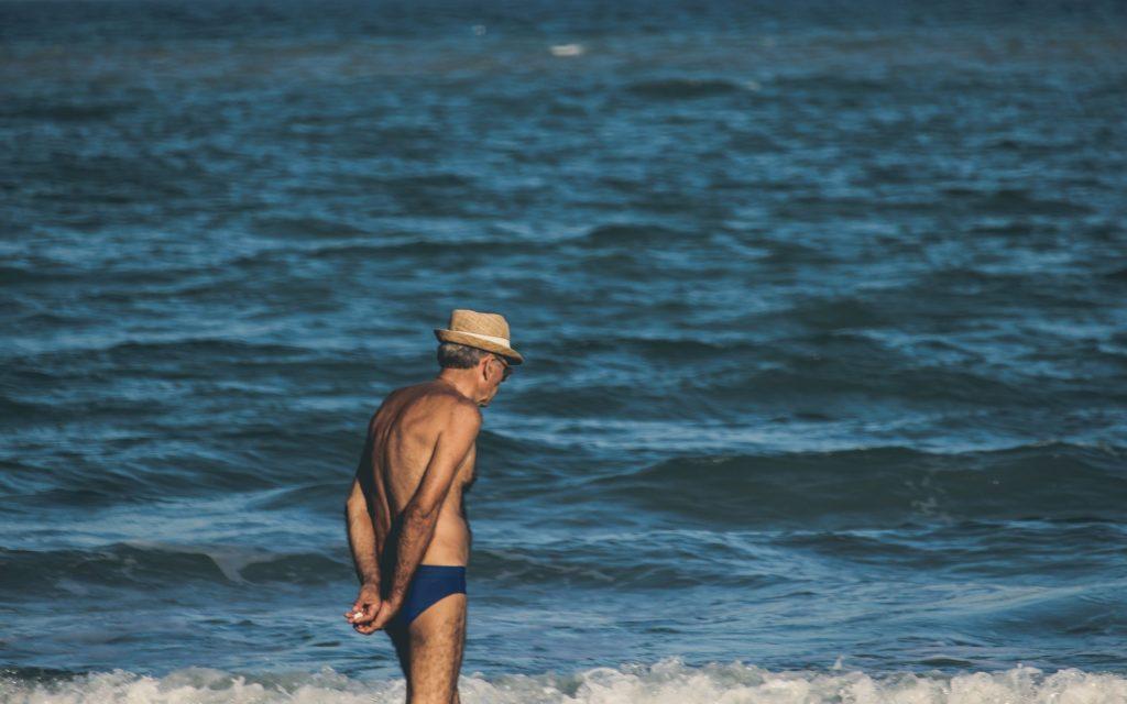 Senior en maillot de bain, à la plage, dynamique